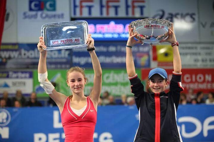 "Un an mai tarziu,2013,Andreea Rosca (foto stanga),devine Vicecampioana Mondiala ""Les Petites As""U14,Franta"